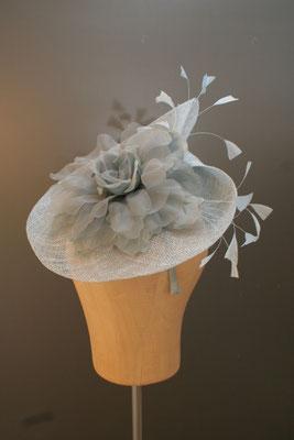 Brautkopfschmuck, Fascinator für die Hochzeit mit Federn und Blüte
