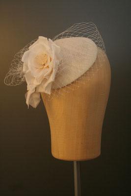 Brautkopfschmuck, Fascinator für die Hochzeit mit Blüte und Schleier