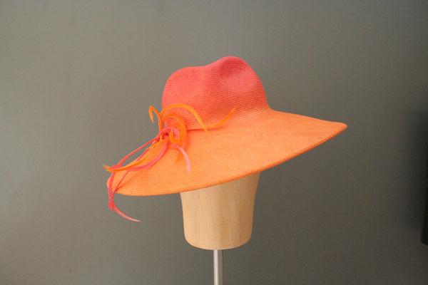festlicher Hut mit Federgarnitur