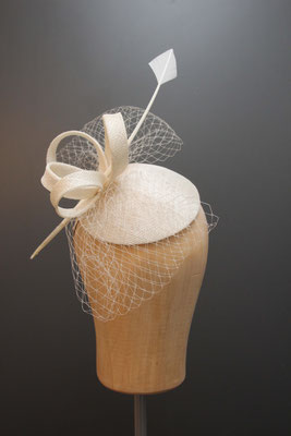 Brautkopfschmuck, Fascinator für die Hochzeit mit Federkiel und Schleier