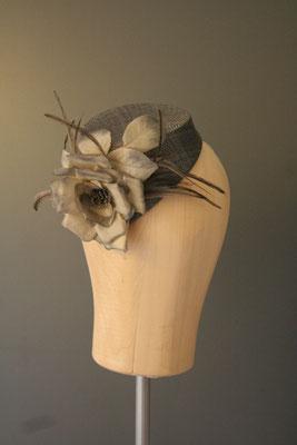 Kopfschmuck, Fascinator mit Blüte und Federn