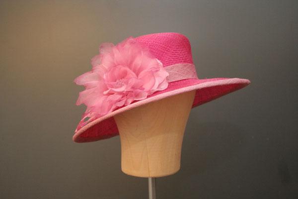 festlicher großer Hut mit Blüte