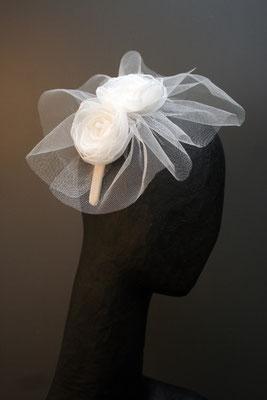 Brautkopfschmuck, Fascinator für die Hochzeit mit Tüll und Blüten