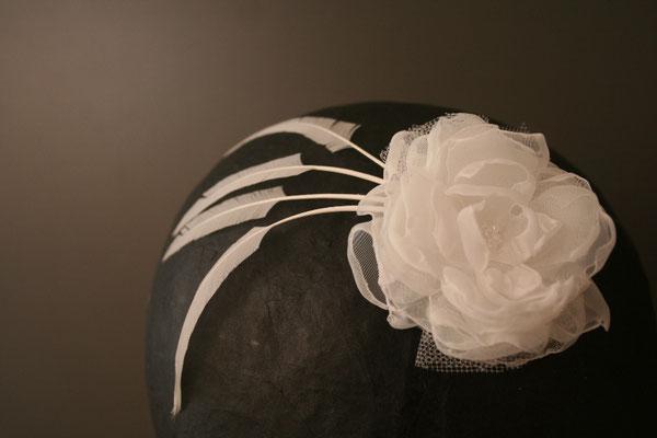 Brautkopfschmuck, Fascinator für die Hochzeit - Blüte mit Federn auf Haarspange