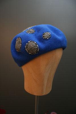 Baske aus Wolle mit Punkten aus dem eigenen Hutatelier