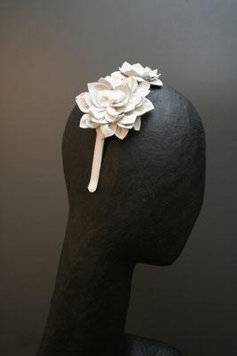 Brautkopfschmuck, Fascinator für die Hochzeit - Lederblüten auf Haarreif
