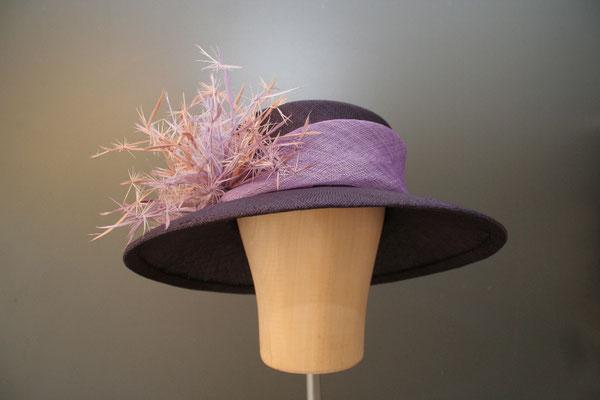 festlicher großer Hut mit Federn