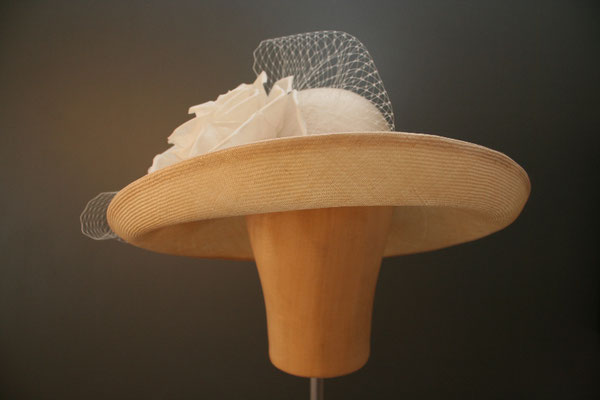 großer Hut für die Hochzeit mit Blüte und Schleier