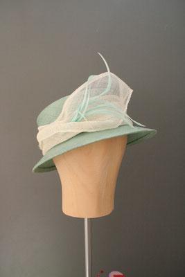 festlicher Hut mit Federn