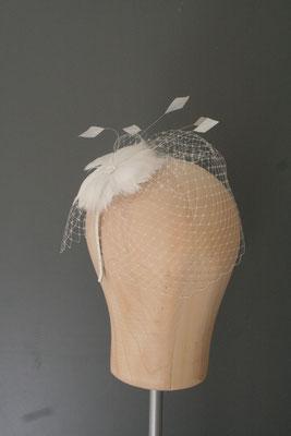 Brautkopfschmuck, Fascinator für die Hochzeit mit Federn und Schleier