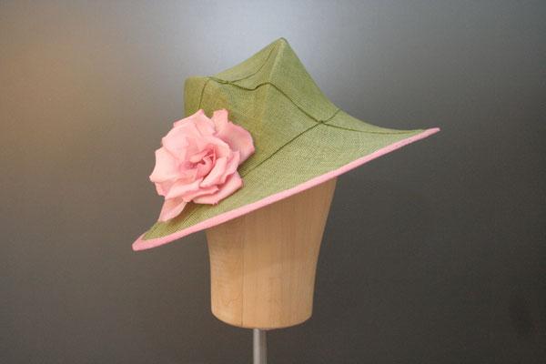 festlicher Hut mit Blüte