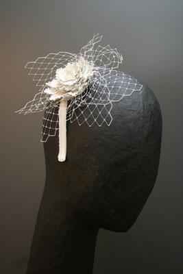 Brautkopfschmuck, Fascinator für die Hochzeit - Lederblüten und Schleier auf Haarreif