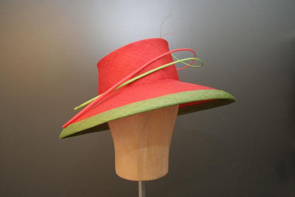 festlicher Hut mit Federkielen