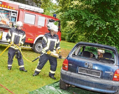 Die Schenefelder Feuerwehrleute demonstrierten ihre Einsatzgeräte