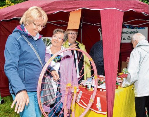 Auf ihrem Rundgang versuchte Elke Rusche ihr Glück beim Drehen am Landfrauen-Rad