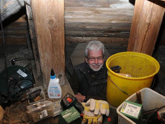 Dietmar Einbock beim Werkeln im engen Kichturm in Beuchte.....
