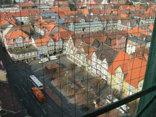 Hier der Blick auf den Kornmarkt. In der Bildmitte im oberen Drittel das Rathaus der Stadt.