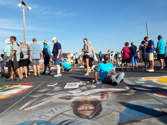 """Chalk festival, Venice, Florida 2016   Durante i lavori dell'opera personale """"One world, one religion, the peace""""."""