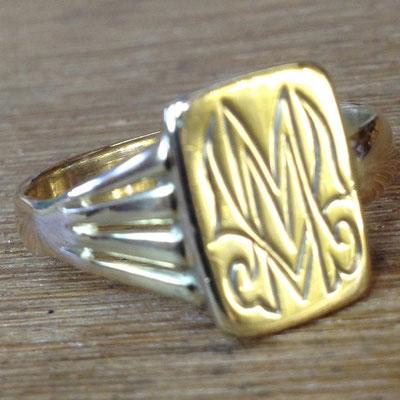Gebroken gouden zegelring gerepareerd, vergroot, schoongemaakt en gepolijst.