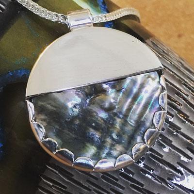 Parelmoer in zilveren hanger