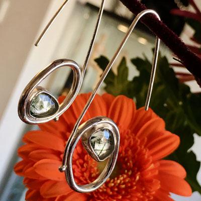 Zilveren oorhangers met groene rutielkwarts