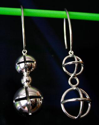 Zilveren oorbellen.