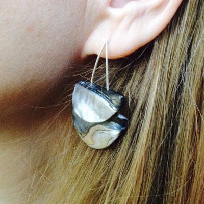 Zilveren oorhanger met parelmoer