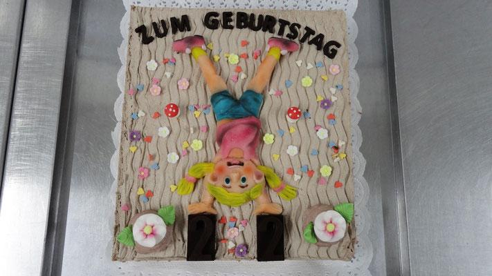 |5|: Geburtstagstorte: Mädchen macht Handstand