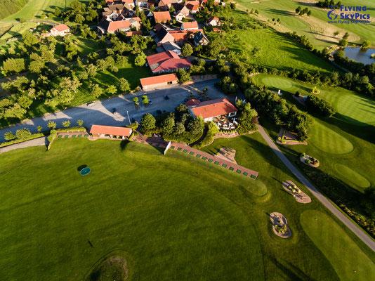 Luftaufnahme einer Driving Range auf dem Golfplatz