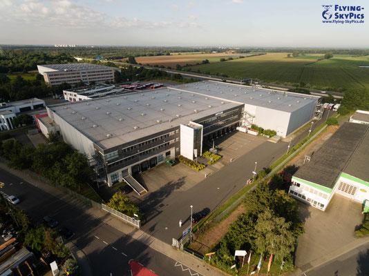 Industriehallen für die Vermarktung oder Standortpräsentation aus der Luft fotografiert