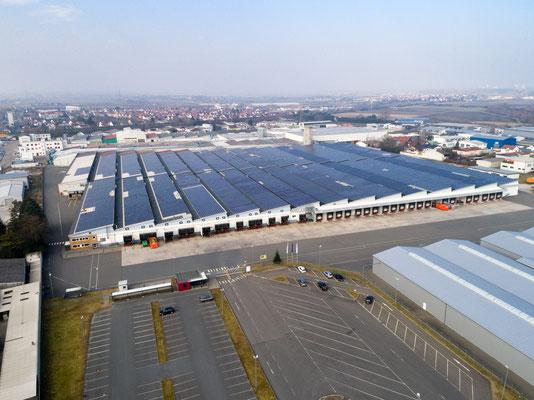 Großflächige Photovoltaikanlage auf dem Dach einer Lagerhalle