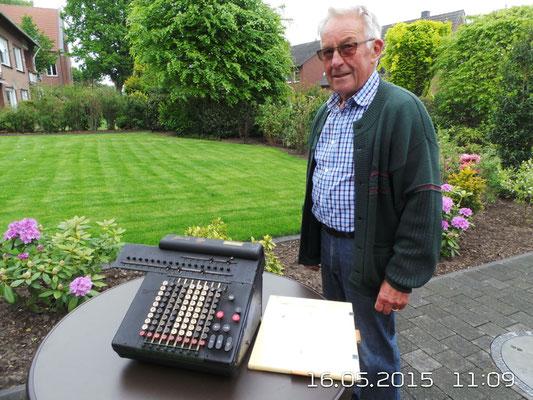 Norbert Hater aus Raesfeld überläßt der IG eine alte Rechenmaschine zu Eigentum