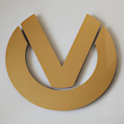 Logo aus Acrylat gefräst und lackiert zur Wandmontage