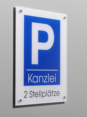Parkplatzschild aus Plexiglas hinter Glas bedruckt