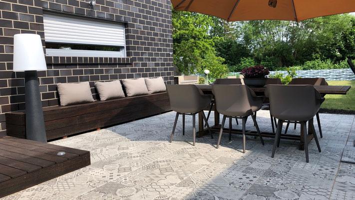 Besondere Terrassenplatten und Bank aus Bambus | Garten- und Landschaftsbau Garber