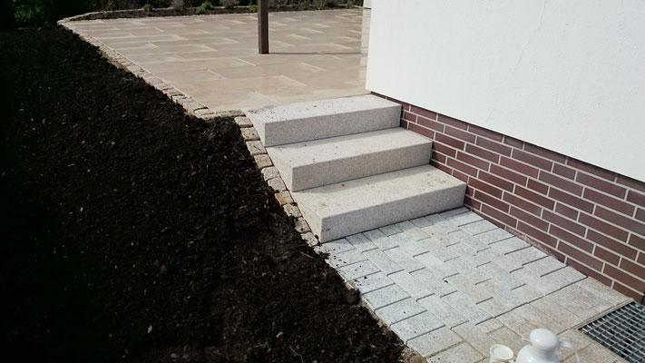 Treppenanlage aus Granitstufen und -pflaster | Garten- und Landschaftsbau Garber