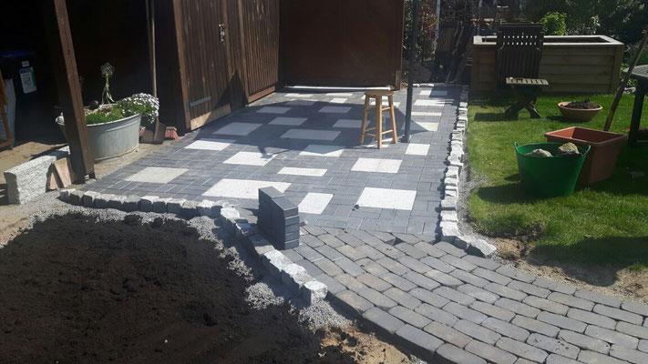 Kleine Terrasse aus Klinker und Granitplatten | Garten- und Landschaftsbau Garber
