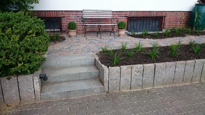 Beet aus Granitstelen und Fläche aus Lauenburger Alrstadtpflaster | Garten- und Landschaftsbau Garber