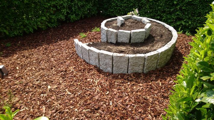 Kräuterschnecke aus Granitstelen | Garten- und Landschaftsbau Garber