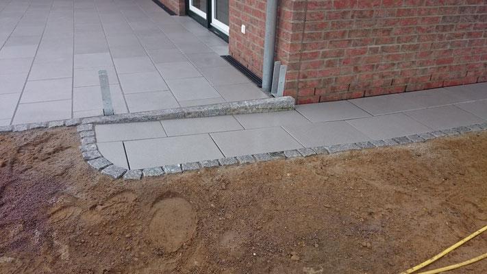 Rampe aus Betonplatten und Granitpflaster | Garten- und Landschaftsbau Garber