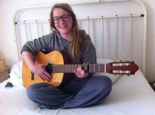 Chrissi schreibt ihren ersten Song auf Gitarre