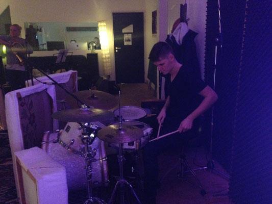 Dennis hilft uns am Schlagzeug aus