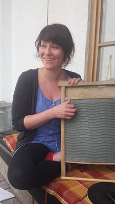 Mitgründerin Karin mit ihrem Waschbrett(bauch)