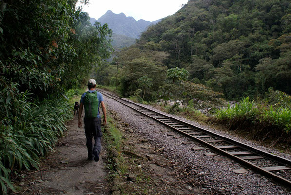From the trainstation Hydro we walked about 2 hours to Machu Picchu Pueblo.