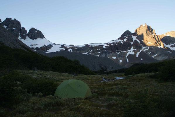Sechs Stunden brauchen wir zum ersten Campingplatz. Was für eine Aussicht auf die Berge. Der perfekte Platz zum campieren. / After six hours of hiking we found the perfect camp spot in the middle of the mountains.