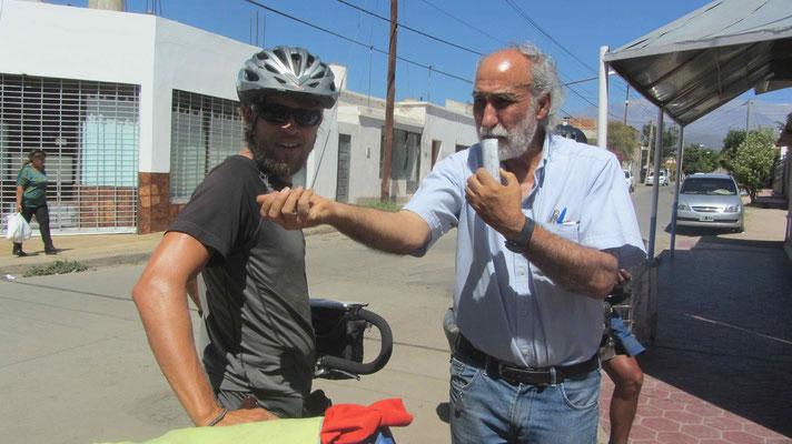 Chilecito: Spontan werden wir vom Lokalradio zu unserer Reise befragt. // Radio Interview in Chilecito