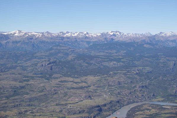 Schon bald fahren wir wieder auf der Carretera Austral. Die Strasse die sich durch die patagonische Bergwelt in den Süden schlängelt. / Carretera Austral in the patagonien Mountains. Soon we are back on this road!