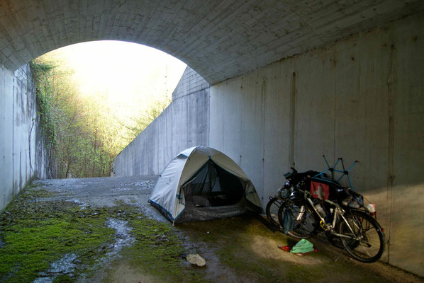 One more time a lovely campsite under the bridge.