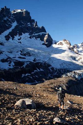 Vorbei am Gletscher, hinunter zur Lagune. / Passing the glacier.
