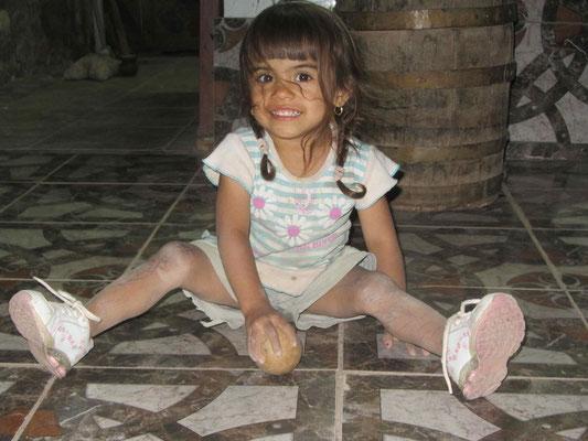 Auf dem schönen Campingplatz mit der kleinen Ana-Lucia. Little Ana-Lucia